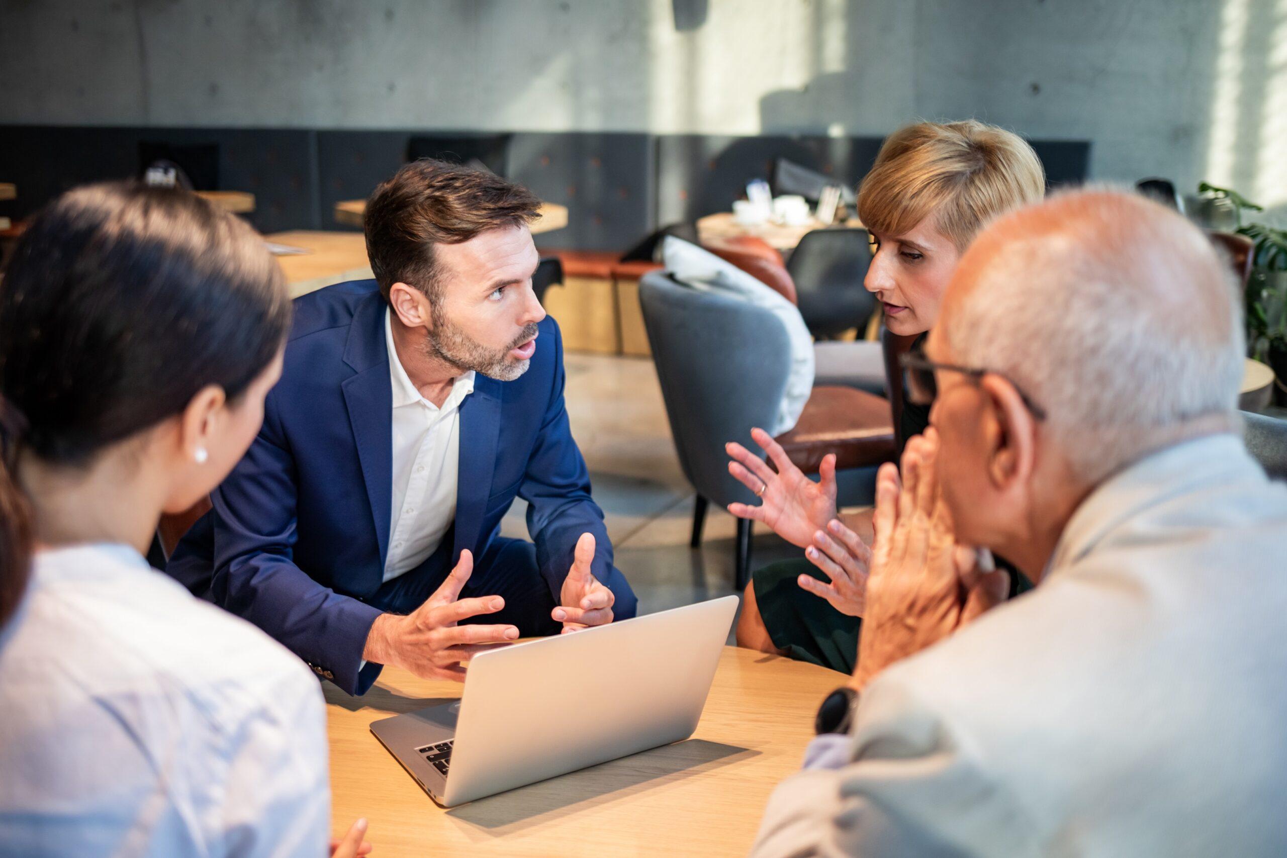 TEMA-Q GmbH_zum TQ-Magazin_Artikel Marktforschung in der Krise_Angeregte Diskussion von Geschäftsleuten
